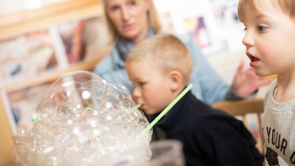 Barn utforskar vad som hände om man blåser mjölk med ett sugrör och ser bubblor växa upp