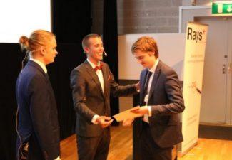 Elever från Procivitas tar emot pris från Rays