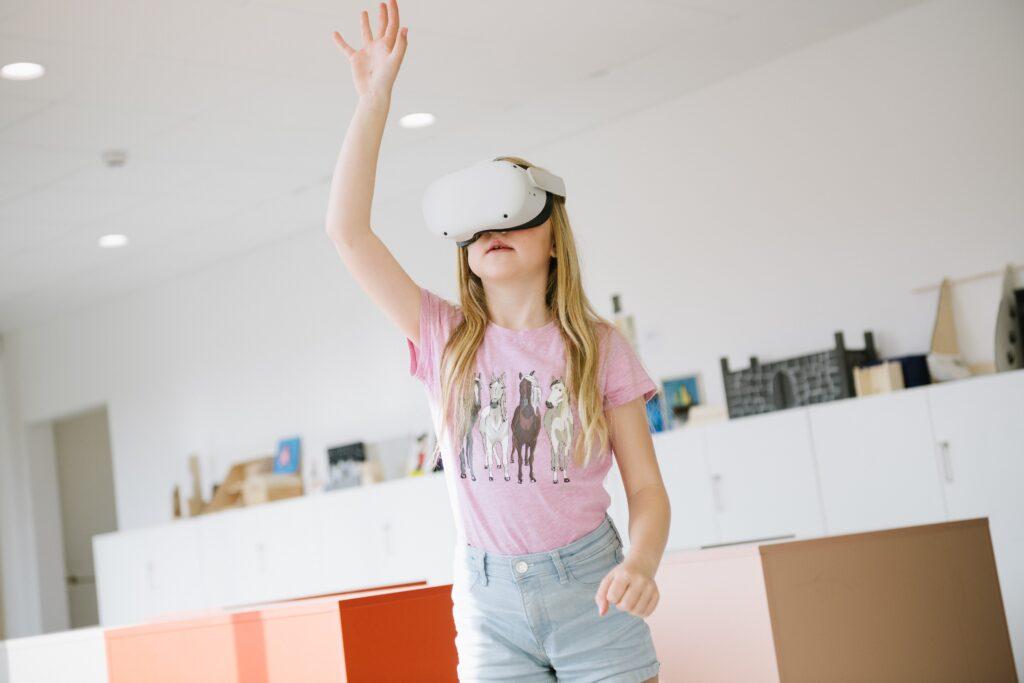 Barn med virtual reality glaasögon på sig