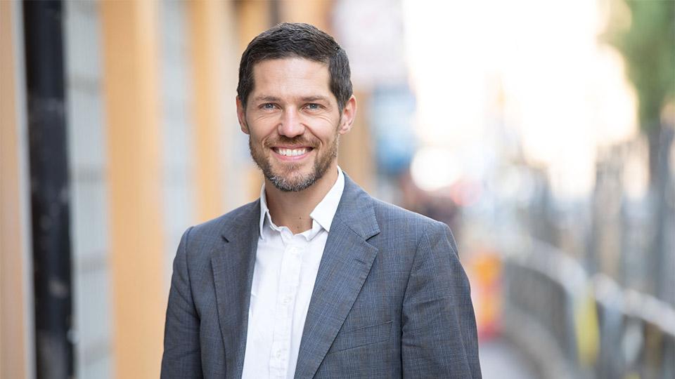 Porträttbild av AcadeMedias Chef för grund och gymnasiesegmentet, Jens Eriksson