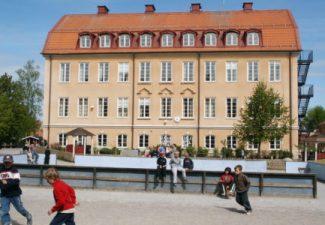 Skolbyggnad och skolgård