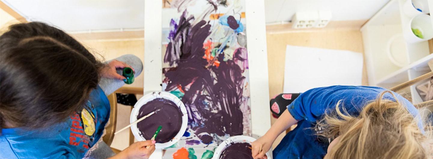 Två barn blandar målarfärg