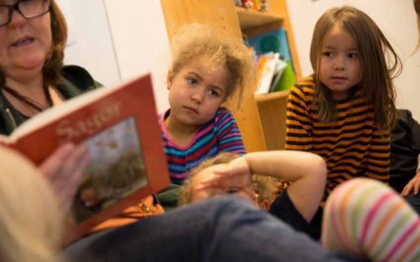 Förskolebarn som lyssnar på sagostund