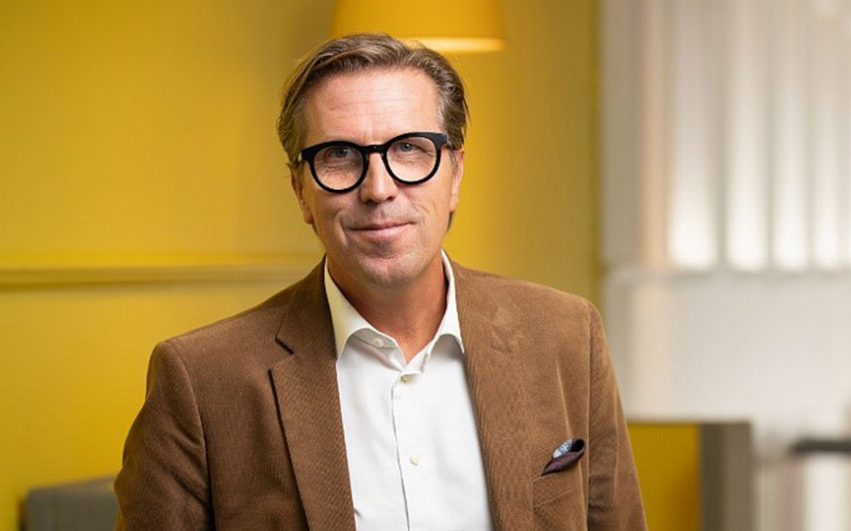 Porträttbild av AcadeMedias VD och Koncernchef , Marcus Strömberg i en skola.