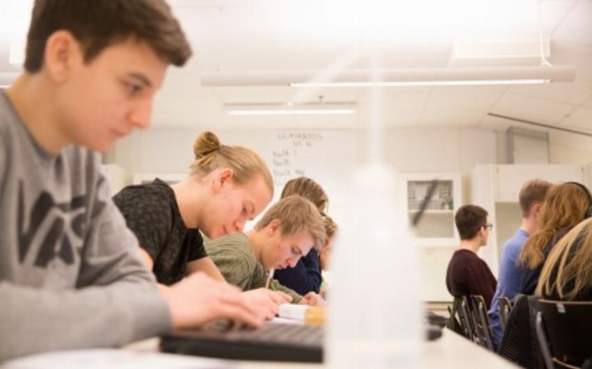 Elever sitter i klassrum och pluggar