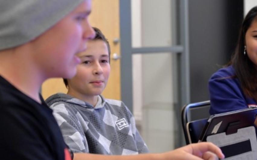 Två elever i klassrum